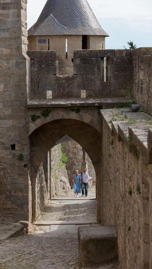 Passage par la porte d'Aude pour visiter la Cité de Carcassonne en couple ©Philippe Benoist-ADT de l'Aude