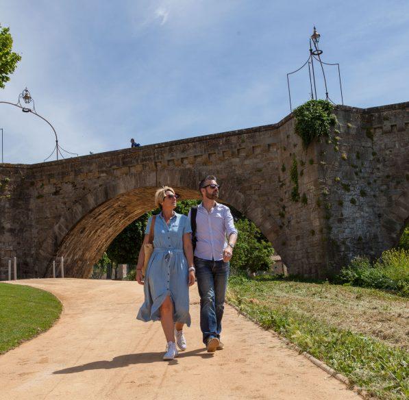 Balade en couple Carcassonne, pont vieux, couple