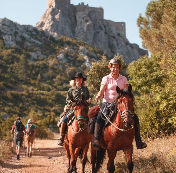 randonneurs à cheval au château de Quéribus