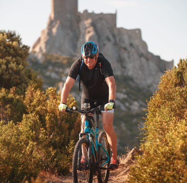 randonneurs à vélo au château de Quéribus