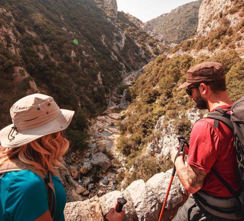 Randonneurs sur le Sentier Cathare par les gorges de Galamus ©Vincent Photographie-ADT de l'Aude