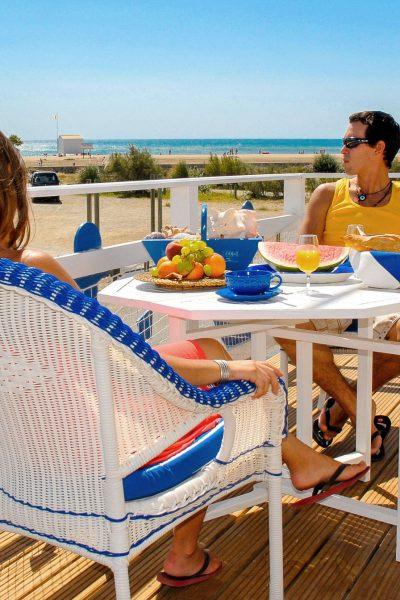 gruissan-2009-07-plage-chalet-terrasse-repas-couple-cr-n-bois-ot-gruissan