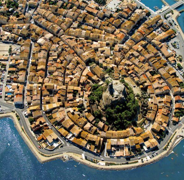 Le village de Gruissan, une circulade autour de sa Tour Barberousse © Office de Tourisme de Gruissan