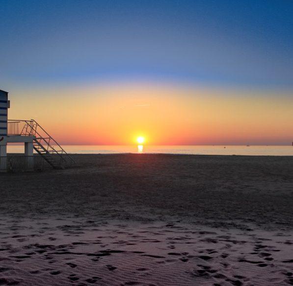 gruissan-2013-09-plage-poste-secours-coucher-soleil-cr-n-bois-ot-gruissan