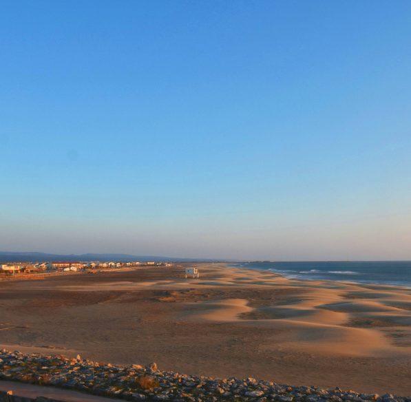 gruissan-2016-06-plage-chalets-vue-generale-coucher-soleil-cr-n-bois-ot-gruissan