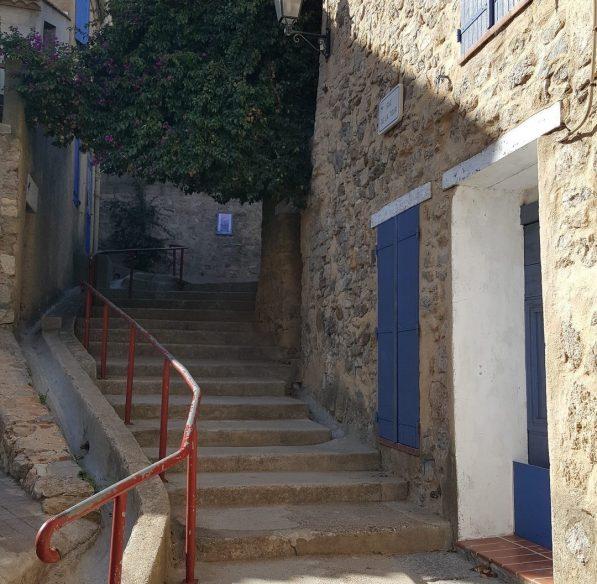 Ruelle escarpée au pied de la tour Barberousse©S. Alibeu, ADT Aude