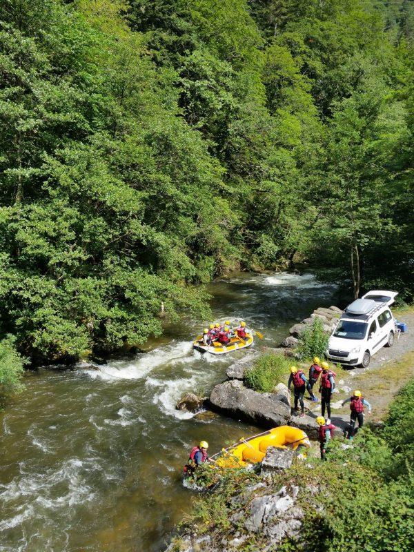 Rafting dans les gorges de la Haute vallée de l'Aude, mise à l'eau © Raphael Kann, ADT de l'Aude