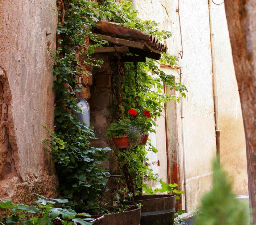 Balade dans les ruelles pavées de Lagrasse ©Céline Deschamps-ADT de l'Aude