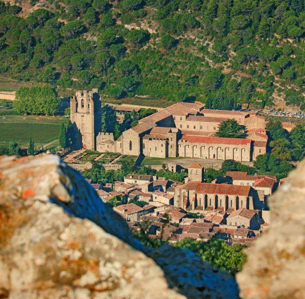 Randonnée à vélo avec vue sur l'Abbaye de Lagrasse ©Gilles Deschamps
