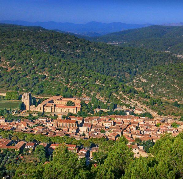 Le village de Lagrasse et son Abbaye ©Gilles Deschamps