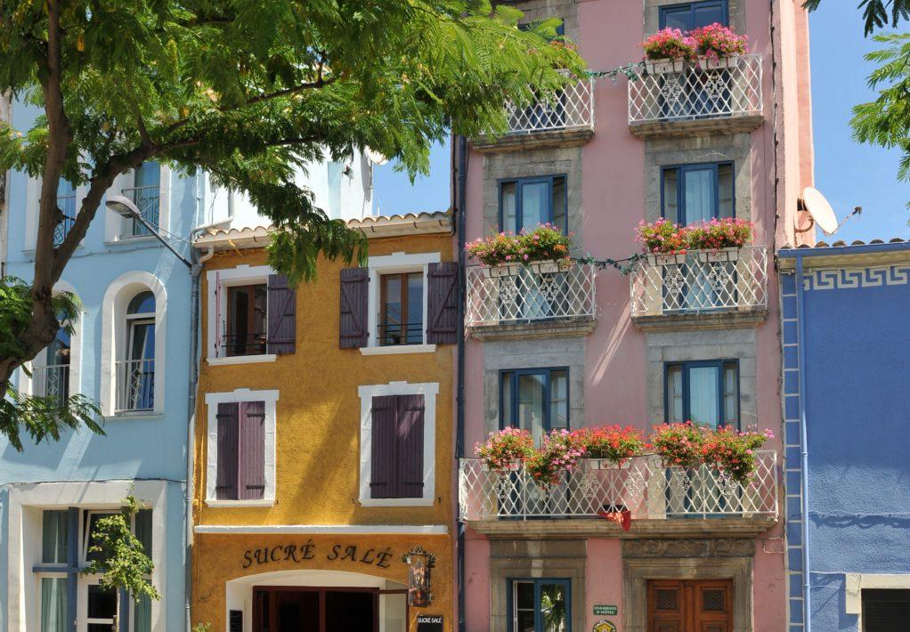 Les façades colorées de Leucate Village©J. Bellondrade - OT de Leucate