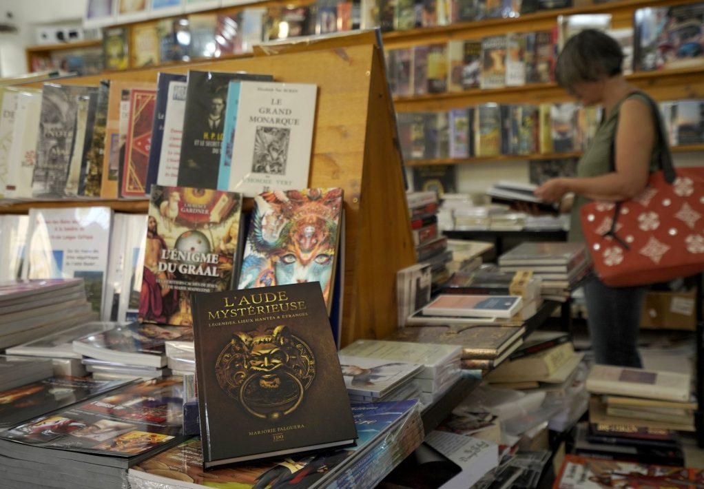 Flânerie dans une librairie ésotérique à Rennes le Château © Raphaël Kann