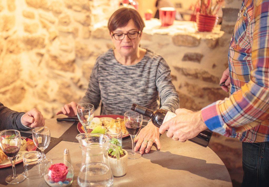 villeneuve-minervois-2019-02-table-pareur-degustation-vin-service-cr-vincent-photographie-adt-aude