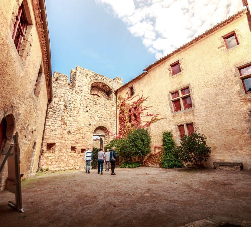 Dans la cour du Château de Villerouge ©Vincent Photographie